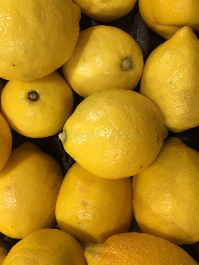 Heldere gele Citroenen bij markt stock foto's