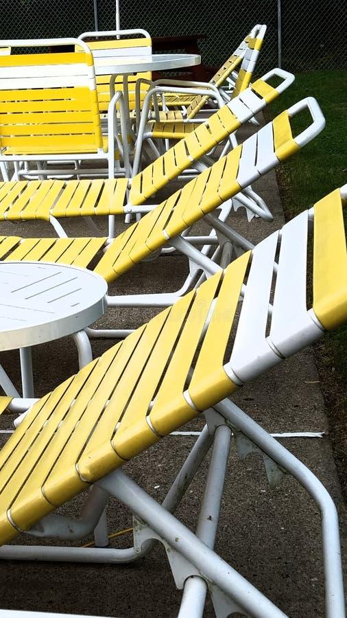Heldere gele stoelen door de pool royalty-vrije stock foto