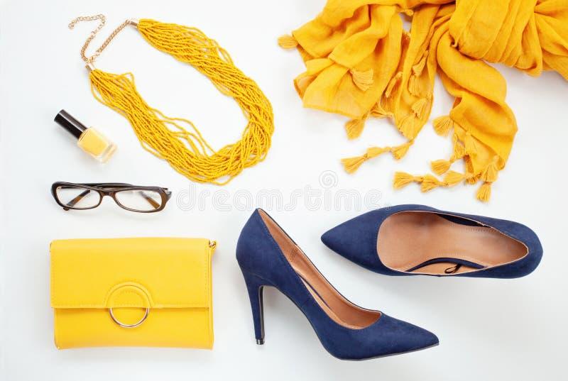 Heldere gele toebehoren en blauwe schoenen voor meisjes en vrouwen ur royalty-vrije stock foto
