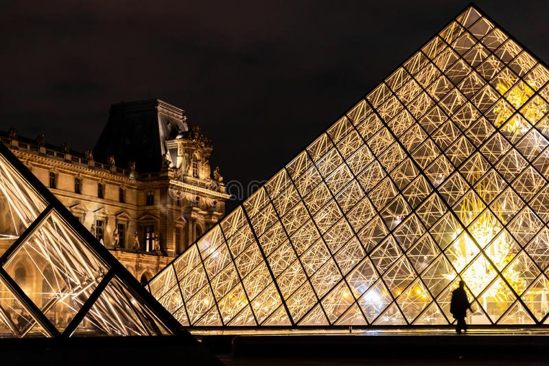 Heldere glaspiramides van Louvremuseum stock foto's