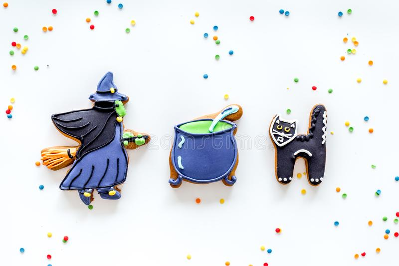 Heldere Halloween-peperkoekkoekjes Heks, ketel en kat op witte hoogste mening als achtergrond copyspace stock fotografie