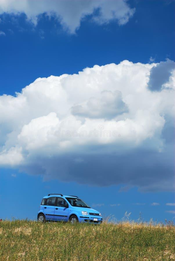 Heldere hemel blauwe moderne auto stock foto's