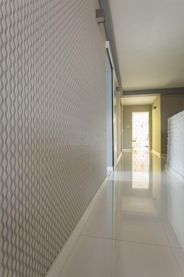 Heldere huisgang met grijs behang stock foto's