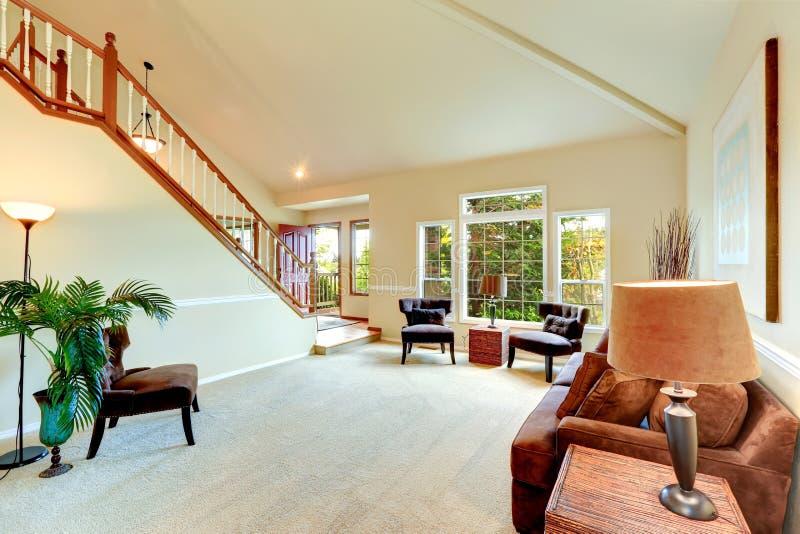 Heldere ivoorwoonkamer met hoog gewelfd plafond en Franse wi royalty-vrije stock fotografie