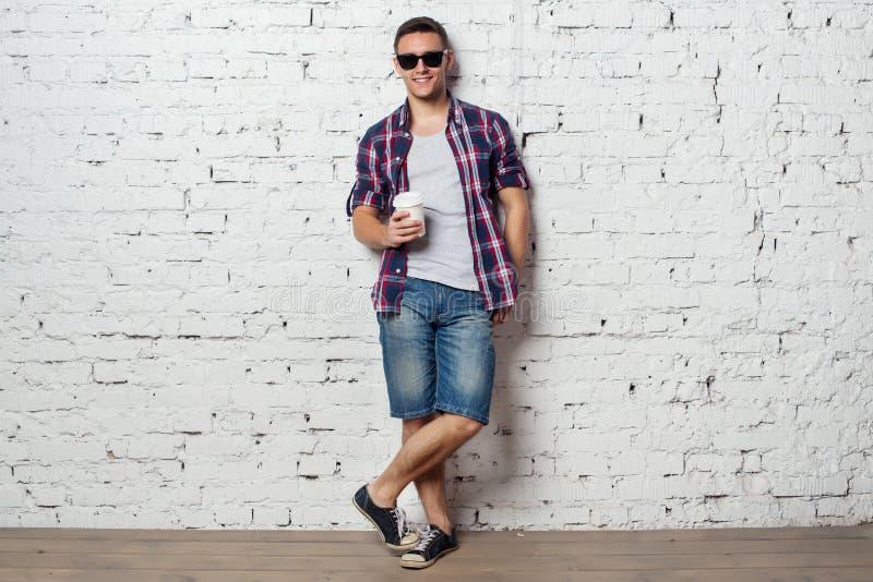 Heldere jonge mens hipster bij vakantie genieten van royalty-vrije stock fotografie