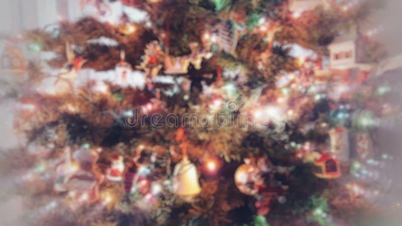 Heldere Kerstboom met Ornamenten en Lichten met Onduidelijk beeldeffect stock foto