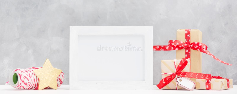 Heldere Kerstmisspot omhoog met fotokader: feestelijke giftdozen, verpakkende draad en gouden ster Het concept van het nieuwjaar royalty-vrije stock afbeeldingen