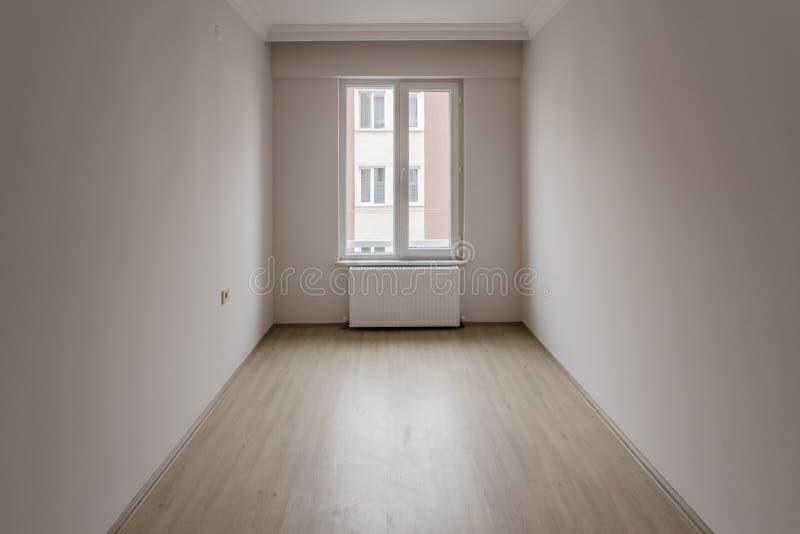 Heldere Kleine Zaal van Nieuwe Flat met Één Venster royalty-vrije stock foto