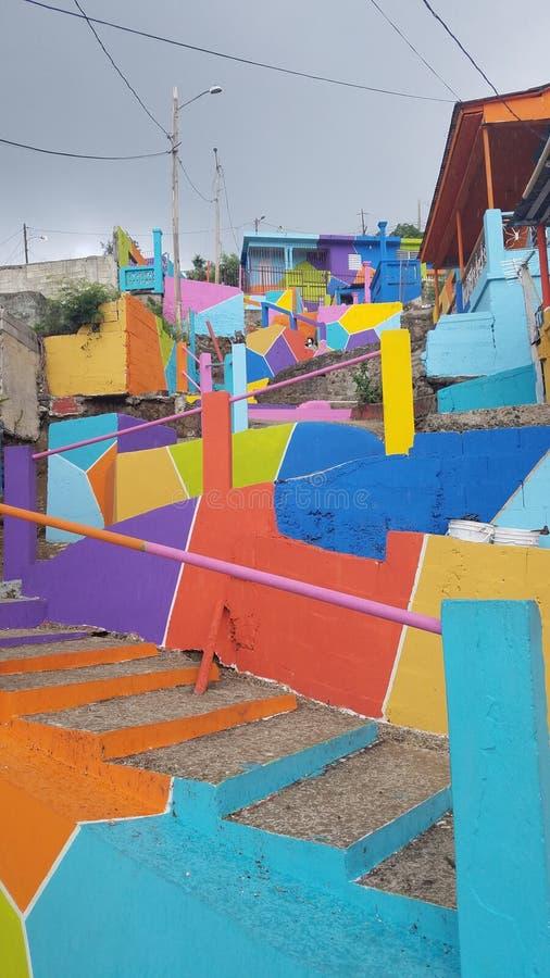 Heldere kleurrijke stappen en gebouwen in Yauco, Puerto Rico stock fotografie