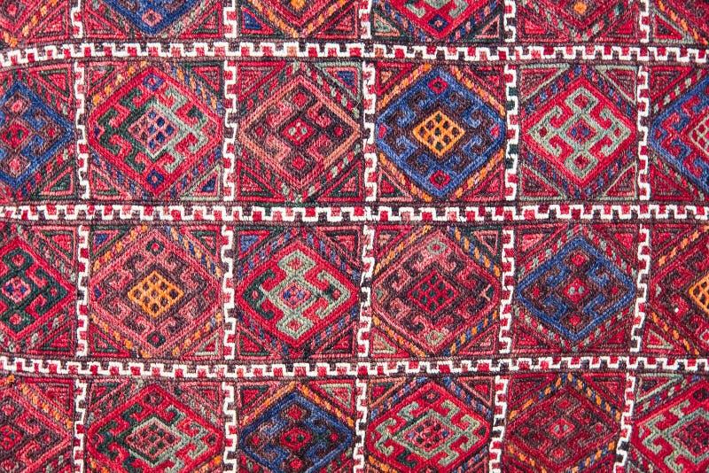 Heldere, kleurrijke Turkse stoffen, spreien en hoofddoeken met verschillende oosterse patronen De textuur van de textiel of de st stock afbeelding