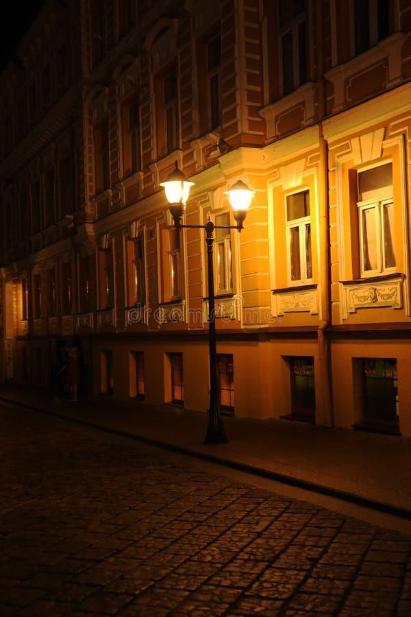 Heldere lantaarn in de oude straat in de avond royalty-vrije stock afbeelding