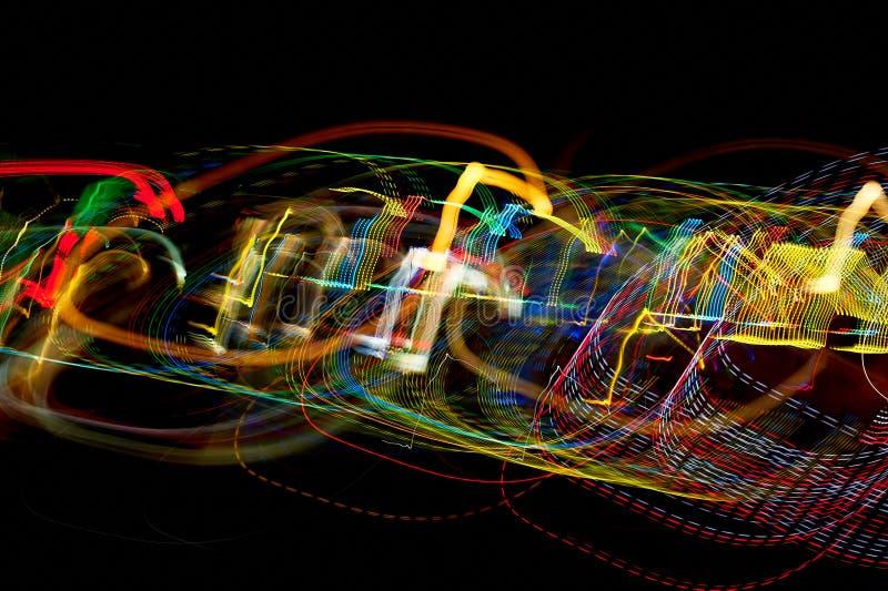Heldere licht vage stralen op donkere achtergrond kleuren stock foto