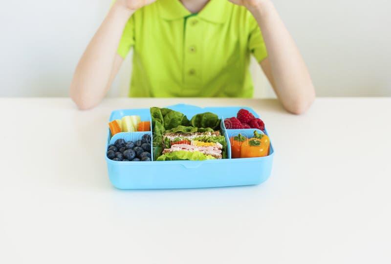 Heldere lunchdoos met gezond voedsel stock foto's