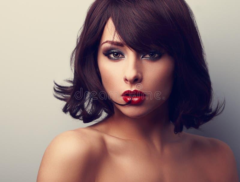 Heldere make-up mooie vrouw met korte zwarte haarstijl lookin stock foto