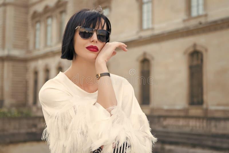 Heldere make-up universele toebehoren Vrouw het modieuze model openlucht stellen Kapsel van het meisjes kijkt het donkerbruine lo stock foto's