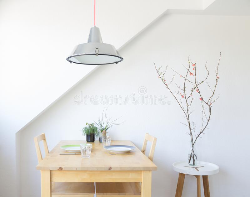 Heldere, moderne keuken met lijst, platen, glazen stock fotografie