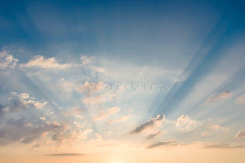 Heldere mooie hemel met zonnestralen die hun manier maken door de wolken royalty-vrije stock foto