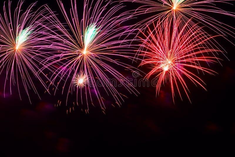 Heldere multicolored gloeiende ballen van vuurwerk Slimme achtergrond voor thema's met verschillende vakantie met vrije ruimte vo royalty-vrije stock foto's