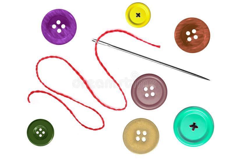 Heldere naaiende knopen en naald met draad die op wit wordt geïsoleerd royalty-vrije stock afbeeldingen