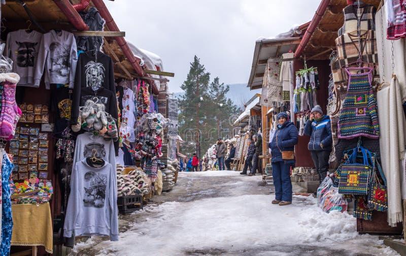 Heldere nationale Oekraïense herinneringen op de markt van de toeristenherinnering in Yaremche, Oost-Europa, de Oekraïne stock fotografie