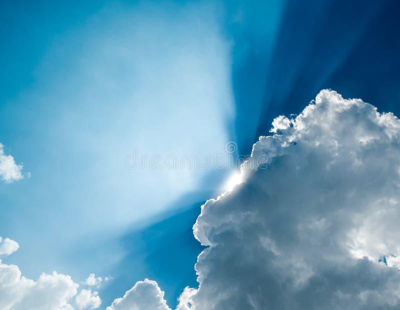 Heldere ochtend blauwe hemel met zon die achter de wolken glanzen royalty-vrije stock afbeelding