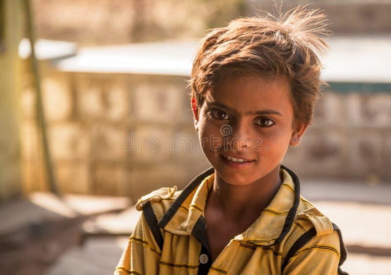Heldere ogen van gelukkig Indisch kind stock afbeeldingen