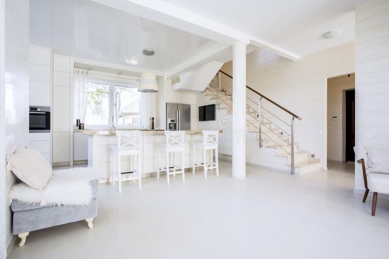 Heldere open keuken in modern binnenland stock afbeeldingen