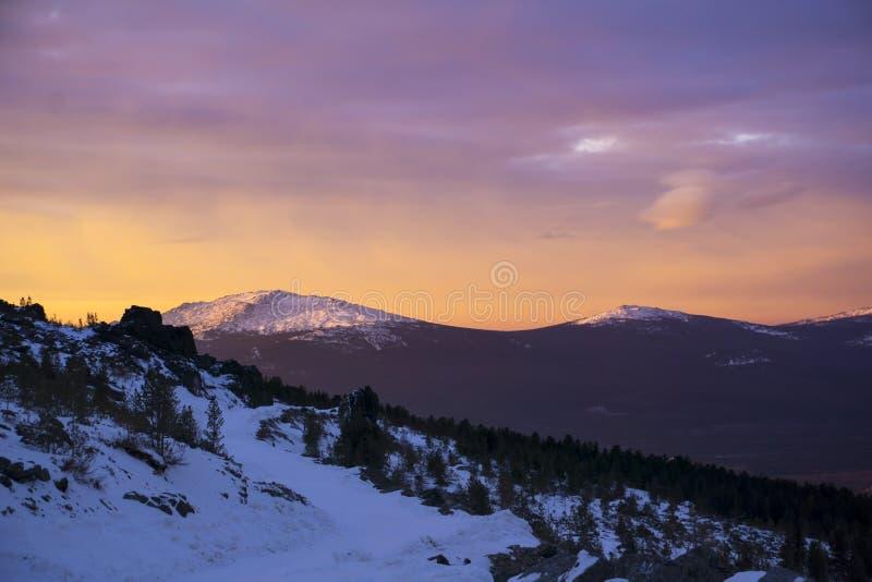 Heldere oranje dageraad over de ijzige rotsachtige rand royalty-vrije stock afbeeldingen