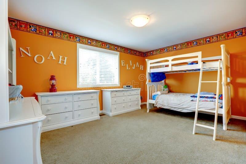 Heldere oranje jonge geitjesruimte met bulkbed royalty-vrije stock fotografie
