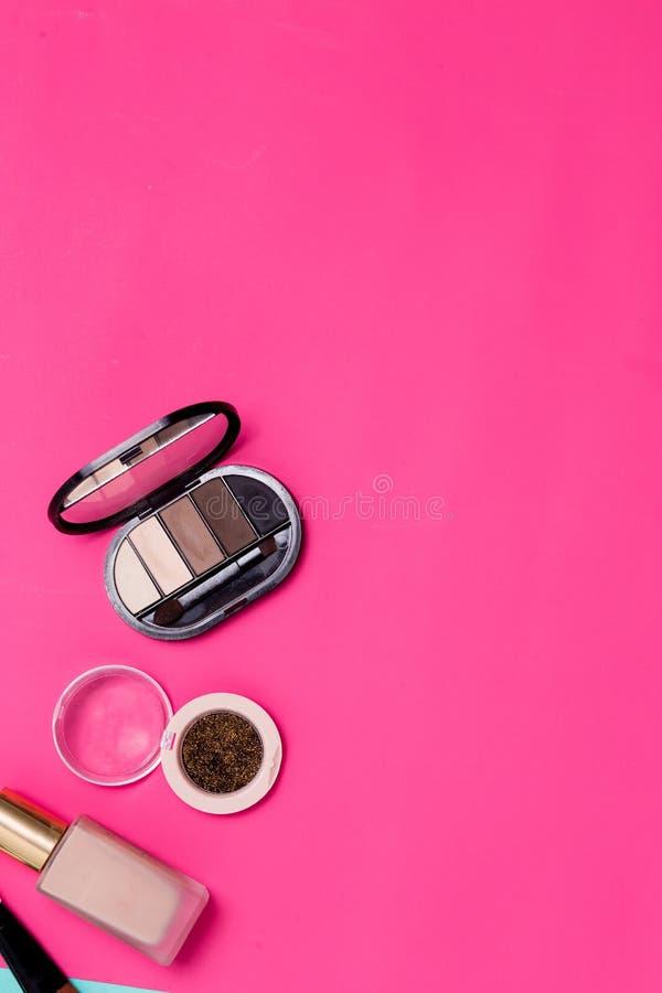 Heldere rijke roze achtergrond met professionele schoonheidsmiddelen met exemplaarruimte stock afbeeldingen