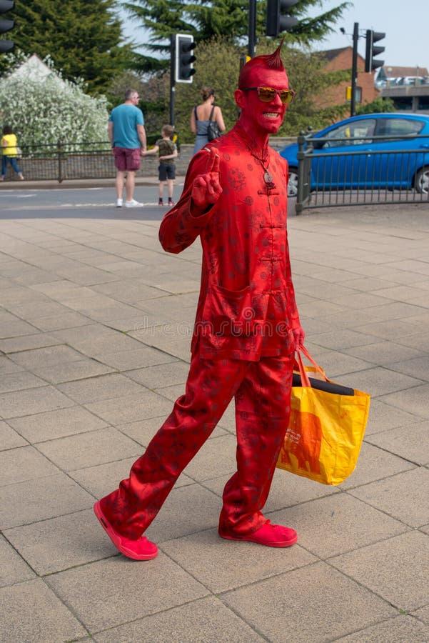 Heldere rode duivelse het leven standbeeldgolven bij cameraman royalty-vrije stock foto