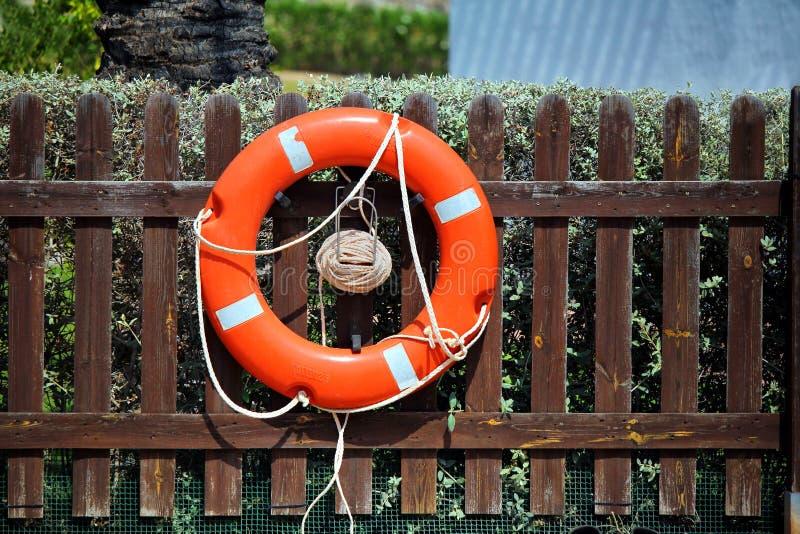 Heldere rode lifebelt, of het levenspreserver bouyancyhulp, in bijlage aan royalty-vrije stock afbeeldingen