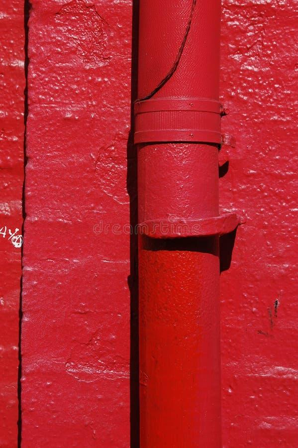 Heldere Rode Muurw Rioolbuis, Lijnen, en Schaduw in Portland, Oregon stock foto's