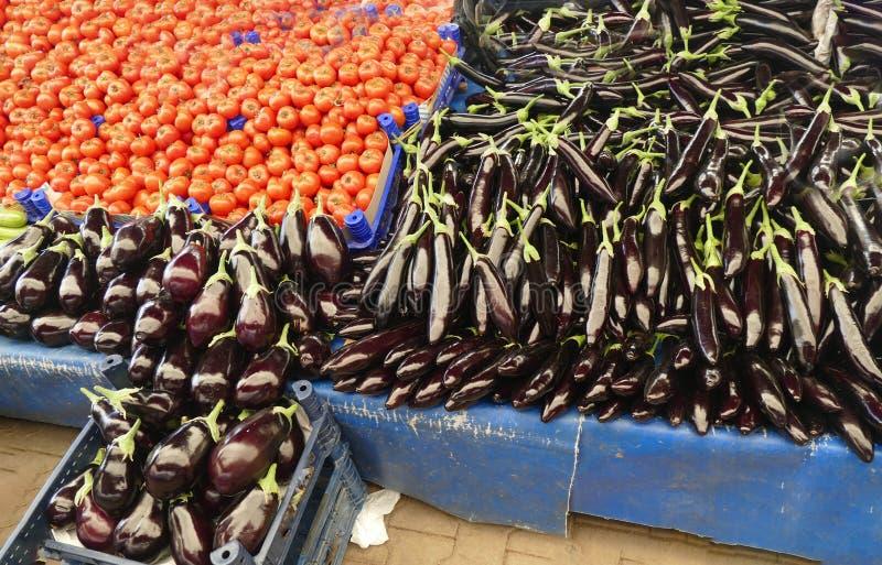 Heldere rode tomaten en aubergine stock foto's