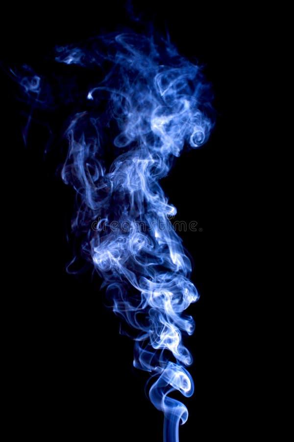 Heldere rook abstracte die foto, op zwarte achtergrond wordt geïsoleerd stock foto