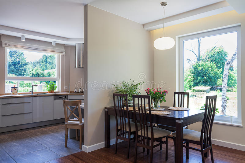 Heldere ruimte - eetkamer en keuken royalty-vrije stock afbeelding