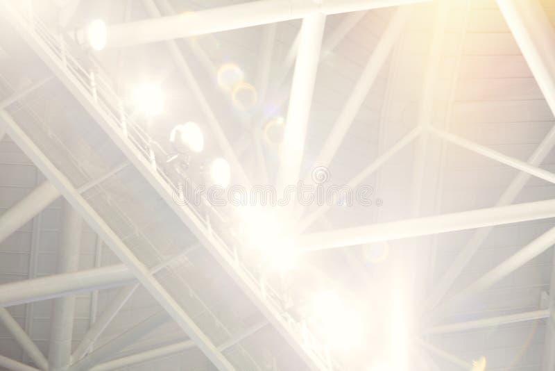 Heldere schijnwerpers in bijlage aan staalkader van dakstralen royalty-vrije stock fotografie