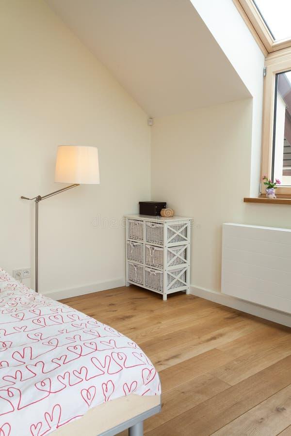 Heldere slaapkamer in de zolder stock afbeeldingen