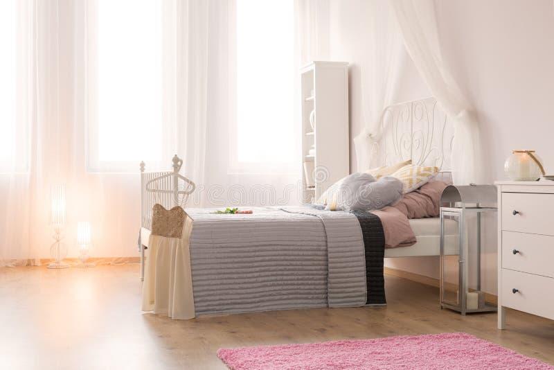 heldere slaapkamer met tweepersoonsbed stock foto afbeelding