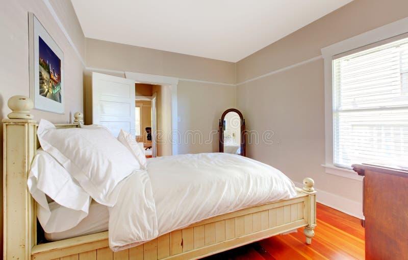 Heldere Slaapkamer Met Wit Bed En Beige Muren. Stock Afbeelding ...