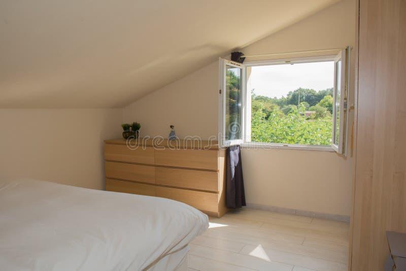 Heldere Slaapkamer in zolder met groot bed royalty-vrije stock afbeelding