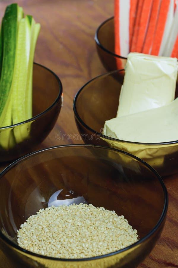 Heldere smakelijke producten in platen op de lijst als ingredi?nten voor de voorbereiding van sushi die vanuit het hoogste gezich stock foto's