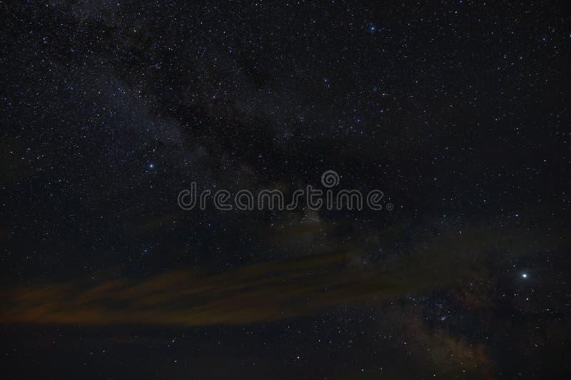 Heldere sterren van de Melkwegmelkweg in de nachthemel Kosmische ruimte die met lange blootstelling wordt gefotografeerd stock foto
