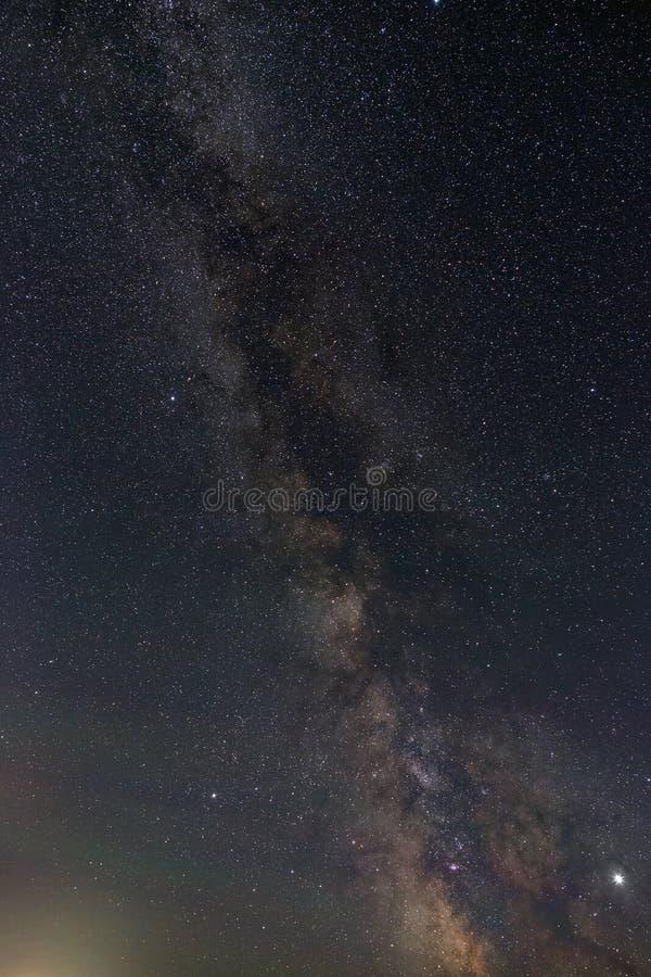 Heldere sterren van de nachthemel Weergeven van de Melkweg en de open plek Astrophotography met een lange blootstelling stock fotografie