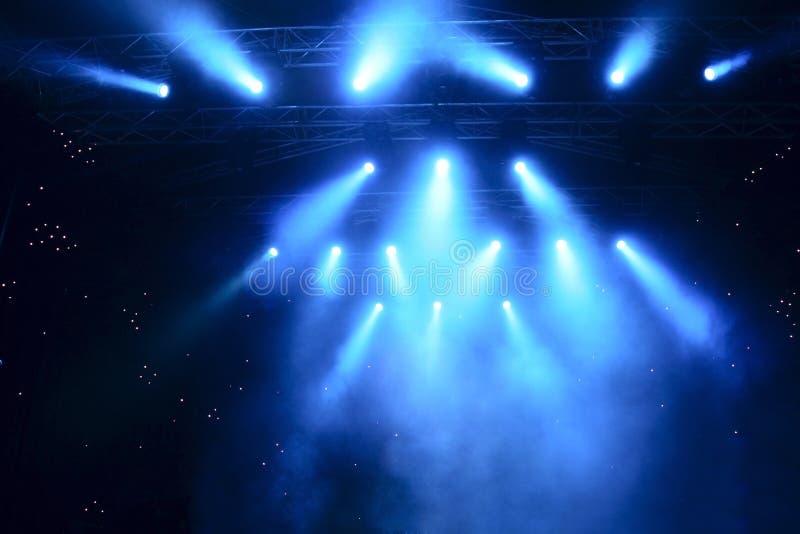 Heldere stralen van licht op stadium royalty-vrije stock fotografie