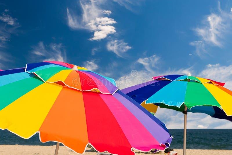 Heldere strandparaplu's royalty-vrije stock foto