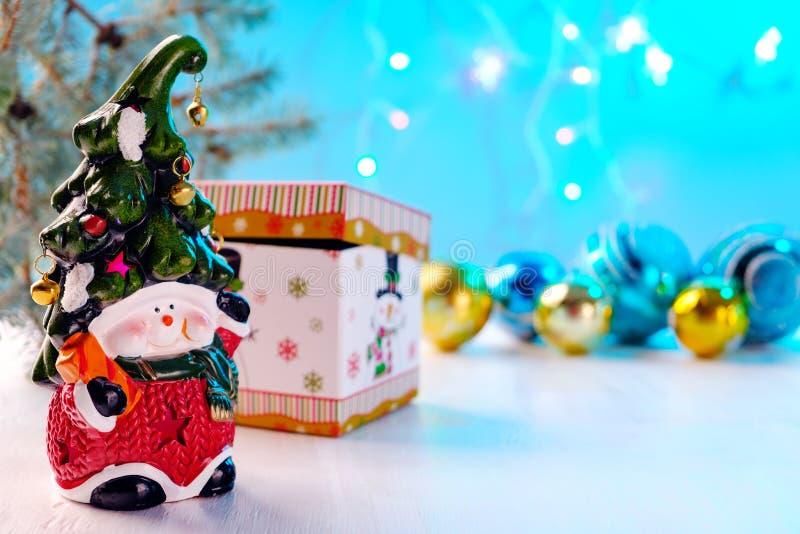 Heldere stuk speelgoed dwerg met een vrolijk gezicht en een klok op de glanzende ballen van GLB, doos op witte achtergrond royalty-vrije stock afbeelding