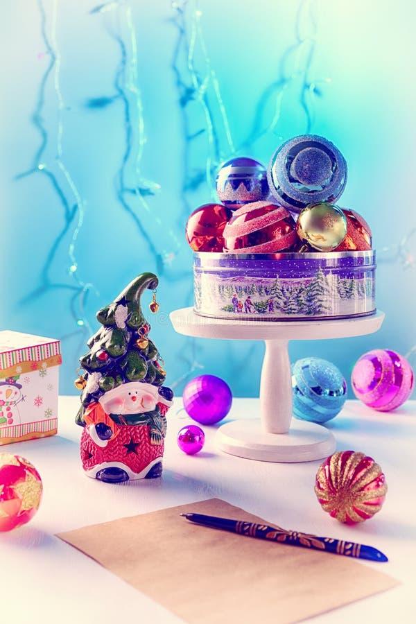 Heldere stuk speelgoed dwerg met een vrolijk gezicht en een klok op glanzende ballen GLB, een vakje van document brievenpen op ee stock afbeelding