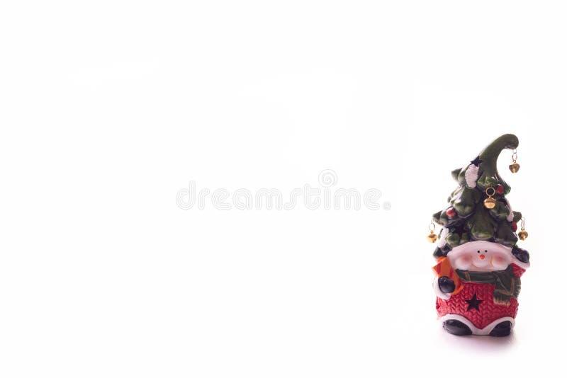Heldere stuk speelgoed dwerg met een vrolijk gezicht en een klok op een hoed op een witte achtergrond Nieuw jaar, Kerstmisdecorat stock foto's
