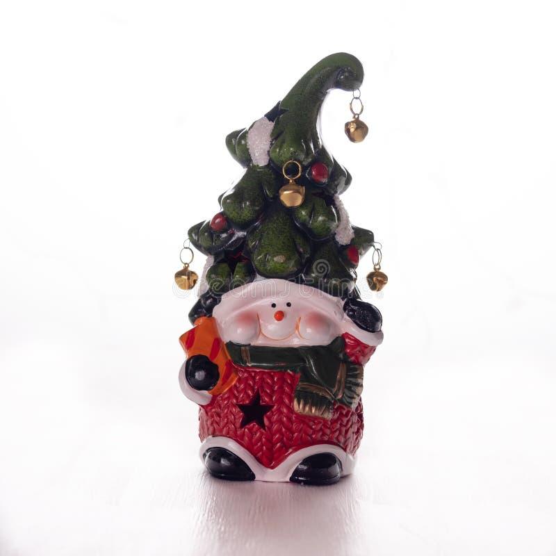 Heldere stuk speelgoed dwerg met een vrolijk gezicht en een klok op een hoed op een witte achtergrond Nieuw jaar, Kerstmisdecorat royalty-vrije stock foto's